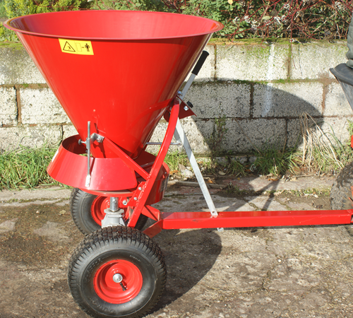 This towed fertiliser broadcaster from the SCH manufacturer has a hopper capacity of 100 litres. Manufacturer's 1 year warranty